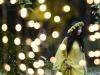 O tanara, ce poarta pe cap o coronita de flori, pozeaza in timpul evenimentului